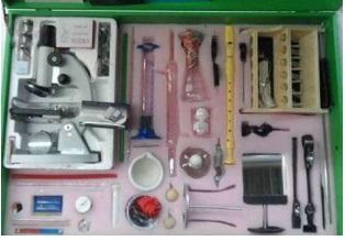 Caja de ciencias primaria con microscopio